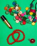 Το σύνολο γυναικών μόδας κόκκινων εξαρτημάτων σε ένα πράσινο επίπεδο υποβάθρου βάζει τη τοπ άποψη στοκ εικόνες με δικαίωμα ελεύθερης χρήσης