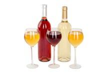 Το σύνολο λευκού και αυξήθηκε μπουκάλια κρασιού, glas. απομονωμένος στο άσπρο υπόβαθρο Στοκ Φωτογραφίες