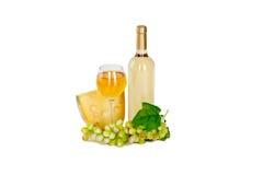 Το σύνολο λευκού και αυξήθηκε μπουκάλια κρασιού, glas και κόκκινων και άσπρων σταφύλια τυριών. Στοκ φωτογραφίες με δικαίωμα ελεύθερης χρήσης
