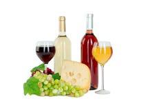 Το σύνολο λευκού και αυξήθηκε μπουκάλια κρασιού, glas και κόκκινων και άσπρων σταφύλια τυριών. Στοκ εικόνα με δικαίωμα ελεύθερης χρήσης