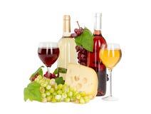 Το σύνολο λευκού και αυξήθηκε μπουκάλια κρασιού, glas και κόκκινων και άσπρων σταφύλια τυριών. Στοκ Φωτογραφίες