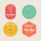 Το σύνολο διακριτικών γρήγορου φαγητού συμβολίζει το έμβλημα λογότυπων για την πίτσα, το χάμπουργκερ, τα tacos και το εστιατόριο  ελεύθερη απεικόνιση δικαιώματος