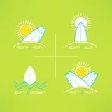 Το σύνολο διανυσματικού σχεδίου λογότυπων καρτών σερφ έκανε στο σύγχρονο καθαρό και φωτεινό ύφος Τυπωμένες ύλες μπλουζών Surfboar ελεύθερη απεικόνιση δικαιώματος