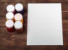 Το σύνολο διαφορετικών βουρτσών και ακρυλικών χρωμάτων στο χρώμα διασκόρπισε σε έναν σκοτεινό ξύλινο πίνακα Υπόβαθρο εργασιακών χ Στοκ εικόνα με δικαίωμα ελεύθερης χρήσης