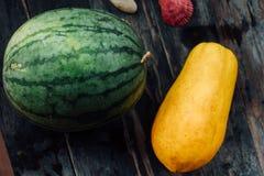 Το σύνολο καρπουζιών και papaya βρίσκεται σε έναν ξύλινο πίνακα Φρέσκοι, juicy, εύγευστοι τροπικοί καρποί της Ταϊλάνδης Στοκ φωτογραφίες με δικαίωμα ελεύθερης χρήσης