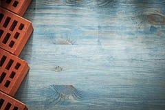 Το σύνολο κόκκινων τούβλων οικοδόμησης στον ξύλινο πίνακα αντιγράφει τη διαστημική πλινθοδομή Στοκ φωτογραφίες με δικαίωμα ελεύθερης χρήσης