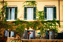 Το σύνολο μπαλκονιών των λουλουδιών διακοσμεί τα σπίτια στη Ρώμη, Ιταλία Στοκ Εικόνες