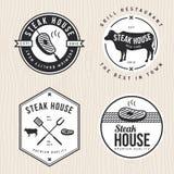 Το σύνολο λογότυπου steakhouse, τα διακριτικά, οι ετικέτες και τα εμβλήματα για το εστιατόριο, τρόφιμα ψωνίζουν διανυσματική απεικόνιση