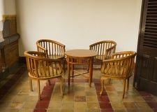 Το σύνολο πίνακα και οι καρέκλες έκαναν από το ξύλο στη φωτογραφία οικοδόμησης Lawang Sewu που λήφθηκε στο Σεμαράνγκ Ινδονησία Στοκ Εικόνες