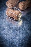 Το σύνολο σαμπάνιας βουλώνει το στριμμένο καλώδιο στο μεταλλικό υπόβαθρο copys Στοκ Φωτογραφία