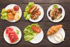 Το σύνολο τροφίμων τηγάνισε το κοτόπουλο και τα τσιπ, bbq το κρέας και το λουκάνικο, σαλάτα, W Στοκ εικόνα με δικαίωμα ελεύθερης χρήσης