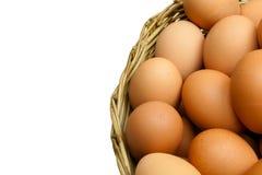 Το σύνολο των αυγών υπόβαλε ένα ψάθινο καλάθι στο άσπρο υπόβαθρο (που απομονώνεται) Στοκ φωτογραφία με δικαίωμα ελεύθερης χρήσης