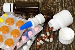 Το σύνολο φαρμάκων για μια γρήγορη αποκατάσταση και στηρίζει τη ζωή στην ξύλινη ανασκόπηση Στοκ φωτογραφία με δικαίωμα ελεύθερης χρήσης