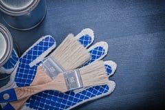 Το σύνολο χρώματος βουρτσίζει τα γάντια ασφάλειας δοχείων σε ξύλινο Στοκ εικόνες με δικαίωμα ελεύθερης χρήσης
