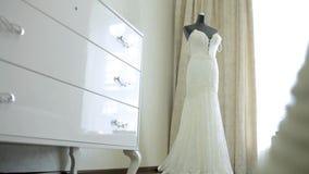 Το τέλειο γαμήλιο φόρεμα στο δωμάτιο της νύφης απόθεμα βίντεο