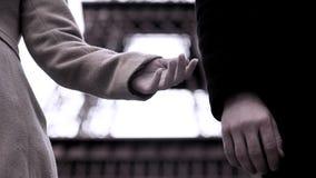 Το τέλος της σχέσης μεταξύ του άνδρα και της γυναίκας, χέρια της αποσύνθεσης συνδέει, χωρίζει στοκ εικόνες