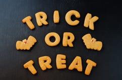 Το τέχνασμα ή μεταχειρίζεται τα μπισκότα λέξεων με τα μπισκότα αποκριών Στοκ φωτογραφία με δικαίωμα ελεύθερης χρήσης