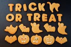 Το τέχνασμα ή μεταχειρίζεται τα μπισκότα λέξεων με τα μπισκότα αποκριών Στοκ Εικόνες