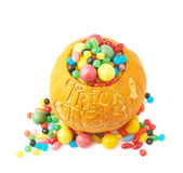 Το τέχνασμα ή μεταχειρίζεται την κολοκύθα που γεμίζουν με τα γλυκά καραμελών Στοκ εικόνα με δικαίωμα ελεύθερης χρήσης