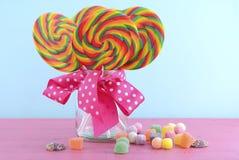 Το τέχνασμα ή μεταχειρίζεται lollipops στο βάζο γυαλιού Στοκ Φωτογραφία