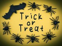 Το τέχνασμα αποκριών ή μεταχειρίζεται το υπόβαθρο με τις αράχνες και το ρόπαλο Στοκ φωτογραφία με δικαίωμα ελεύθερης χρήσης
