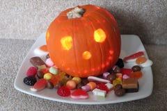 Το τέχνασμα κολοκύθας αποκριών ή μεταχειρίζεται τα γλυκά στοκ εικόνα