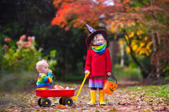 Το τέχνασμα παιδιών ή μεταχειρίζεται σε αποκριές Στοκ εικόνα με δικαίωμα ελεύθερης χρήσης