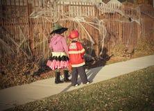 Το τέχνασμα παιδιών αποκριών ή μεταχειρίζεται Στοκ φωτογραφία με δικαίωμα ελεύθερης χρήσης