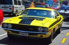 Το τέχνασμα Challenger σε ένα δημόσιο αυτοκίνητο αυτοκινήτων αμερικανικών μυών V8 παρουσιάζει Στοκ φωτογραφία με δικαίωμα ελεύθερης χρήσης