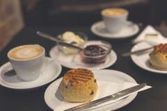 Το τέλειο πρόγευμα με τα βρετανικά scones και ένα επίπεδο λευκό Στοκ Φωτογραφίες