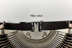` το τέλος ` δακτυλογράφησε τις λέξεις σε μια εκλεκτής ποιότητας γραφομηχανή στοκ φωτογραφία