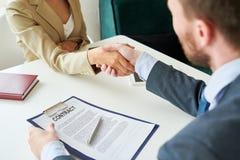 Το τίναγμα επιχειρηματιών παραδίδει τη σύμβαση στοκ φωτογραφίες με δικαίωμα ελεύθερης χρήσης
