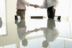 Το τίναγμα επιχειρηματιών παραδίδει τη αίθουσα συνδιαλέξεων Στοκ Φωτογραφία