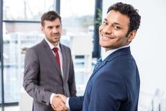 Το τίναγμα επιχειρηματιών παραδίδει το γραφείο, έννοια επιχειρησιακής συνεδρίασης Στοκ Εικόνες