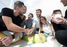 Το τίναγμα νέων παραδίδει έναν κύκλο των φίλων Στοκ φωτογραφία με δικαίωμα ελεύθερης χρήσης