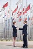 Το τίναγμα δύο επιχειρηματιών παραδίδει το Πεκίνο, σημαιοστολίζει το πέταγμα στο υπόβαθρο Στοκ Φωτογραφίες
