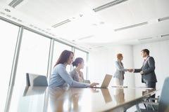 Το τίναγμα Businesspeople παραδίδει το δωμάτιο πινάκων στοκ φωτογραφίες