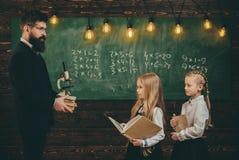 Το ταλαντούχο παιδί χρειάζεται συνήθως την προγύμναση Το ταλαντούχο schoolkid κάνει την εργασία τέχνης του στην τάξη στο σχολείο  Στοκ Εικόνες