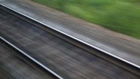 Το ταξίδι με το τραίνο Πυροβολισμός από το παράθυρο ενός κινούμενου τραίνου, διαδρομές σιδηροδρόμου, ράγες, κοιμώμεοί απόθεμα βίντεο