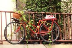 Το ταξί ποδηλάτων η κρεμάστρα εγκαταστάσεων Στοκ εικόνες με δικαίωμα ελεύθερης χρήσης