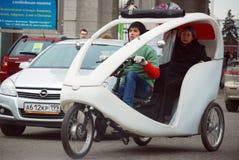 Το ταξί ποδηλάτων περπατήματος τρίτροχο στο κέντρο έκθεσης όλος-Ρωσία Στοκ φωτογραφία με δικαίωμα ελεύθερης χρήσης