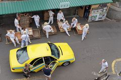Το ταξί φέρνει δύο τουρίστες στην αφετηρία για το τρέξιμο ελκήθρων, παραδοσιακοί γύροι ελκήθρων στο νησί της Μαδέρας στοκ φωτογραφία με δικαίωμα ελεύθερης χρήσης