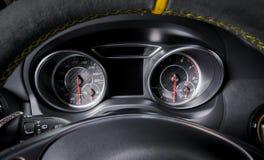 Το ταχύμετρο αυτοκινήτων, ο Μαύρος και το χρώμιο, μαλακό φως, το τιμόνι Στοκ φωτογραφία με δικαίωμα ελεύθερης χρήσης