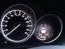 Το ταχύμετρο και η επίδειξη της αποφυγής σύγκρουσης βοηθούν στο ταμπλό αυτοκινήτων στοκ φωτογραφία