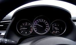 Το ταχύμετρο και το ταχύμετρο του αυτοκινήτου δείχνουν την ταχύτητα και τις επαναστάσεις της μηχανής στοκ φωτογραφία με δικαίωμα ελεύθερης χρήσης