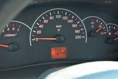 Το ταχύμετρο του αυτοκινήτου κόκκινο επιτροπής οργάνων αυτοκινήτων βελών στοκ φωτογραφία με δικαίωμα ελεύθερης χρήσης