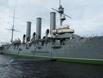 Το ταχύπλοο σκάφος αυγής μετά από την επισκευή και την επισκευή που στέκονται στον αιώνιο χώρο στάθμευσης στην αποβάθρα στην Άγιο Στοκ φωτογραφία με δικαίωμα ελεύθερης χρήσης