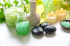 Το ταϊλανδικό άλας θεραπείας αρώματος θεραπειών SPA και τα πράσινα σάκχαρα φύσης τρίβουν και λικνίζουν το μασάζ με το πράσινο λου Στοκ Φωτογραφία