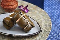 Το ταϊλανδικό επιδόρπιο έβρασε το κολλώδες ρύζι που γέμισαν στον ατμό με την μπανάνα στοκ εικόνες