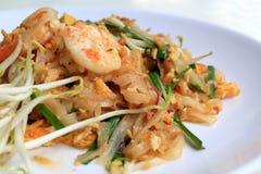 Το ταϊλανδικό μαξιλάρι Ταϊλανδός τροφίμων, ανακατώνει τα νουντλς τηγανητών με τις γαρίδες στο άσπρο πιάτο Ένα από το εθνικό κύριο στοκ εικόνα
